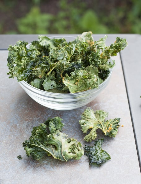 how to make kale chips in oven with nutritional yeast
